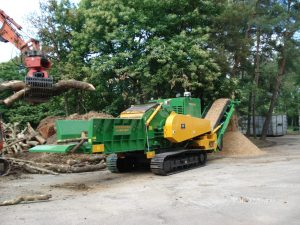 europe chippers EUROPE CHIPPERS – medienos smulkintuvai ProGrind H 3045 Tracks 1300x975 1 300x225