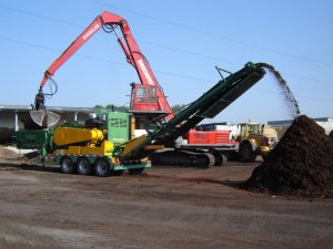 EUROPE CHIPPERS – medienos smulkintuvai ProGrind H 3060 in green waste 1300x975 1 300x225